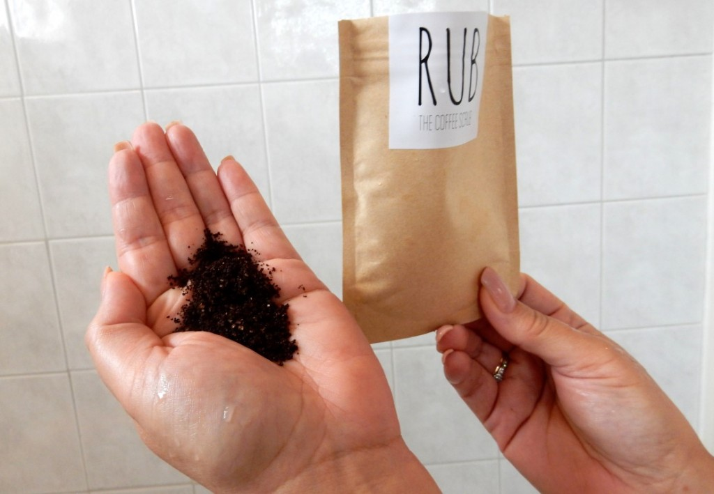 Rub, the coffee scrub in de hand (Medium)